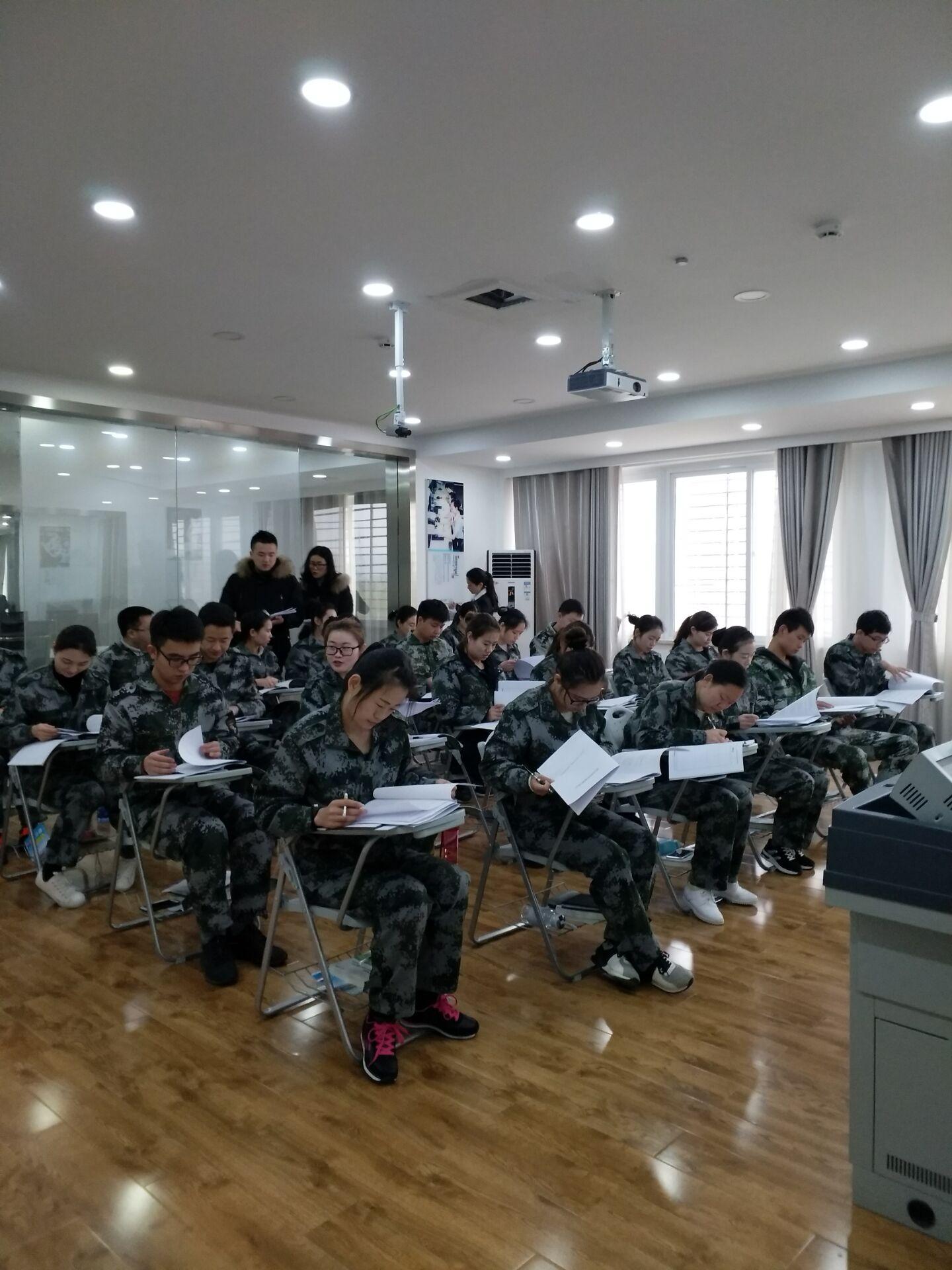 兴鸿翔公司前往汉十高速樊西所开展人资培训工作